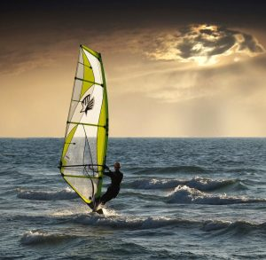 stin protevousa tou kitesurf kai tou windsurfing